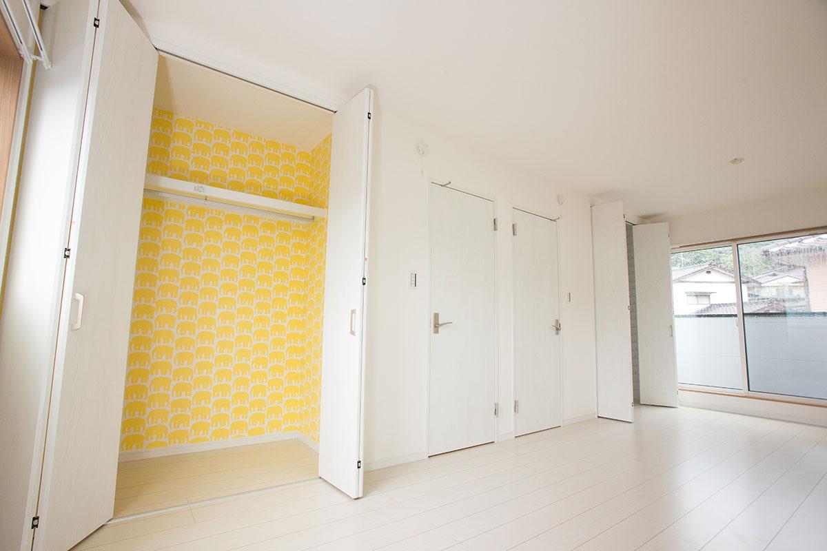 クローゼット黄色.jpg